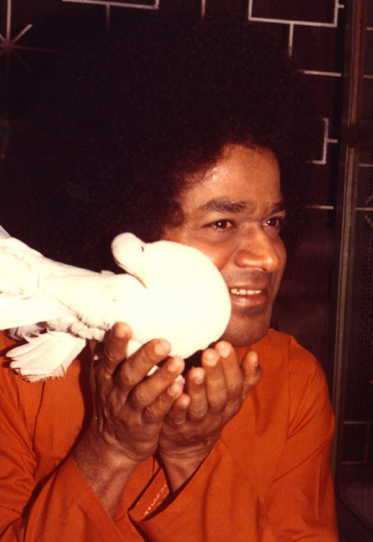 Sathya Sai Baba Miracles - A Lingam, Specially Delivered